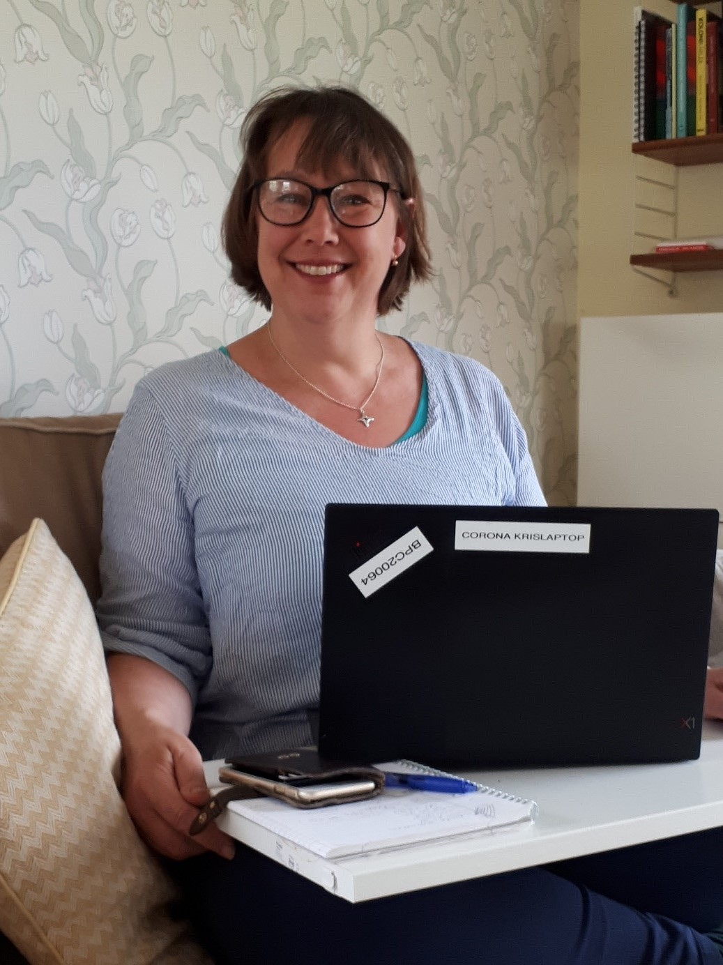 Sara Appelquist stärker upp Folkhälsomyndigheten som kriskommunikatör, denna vecka jobbar hon hemifrån.