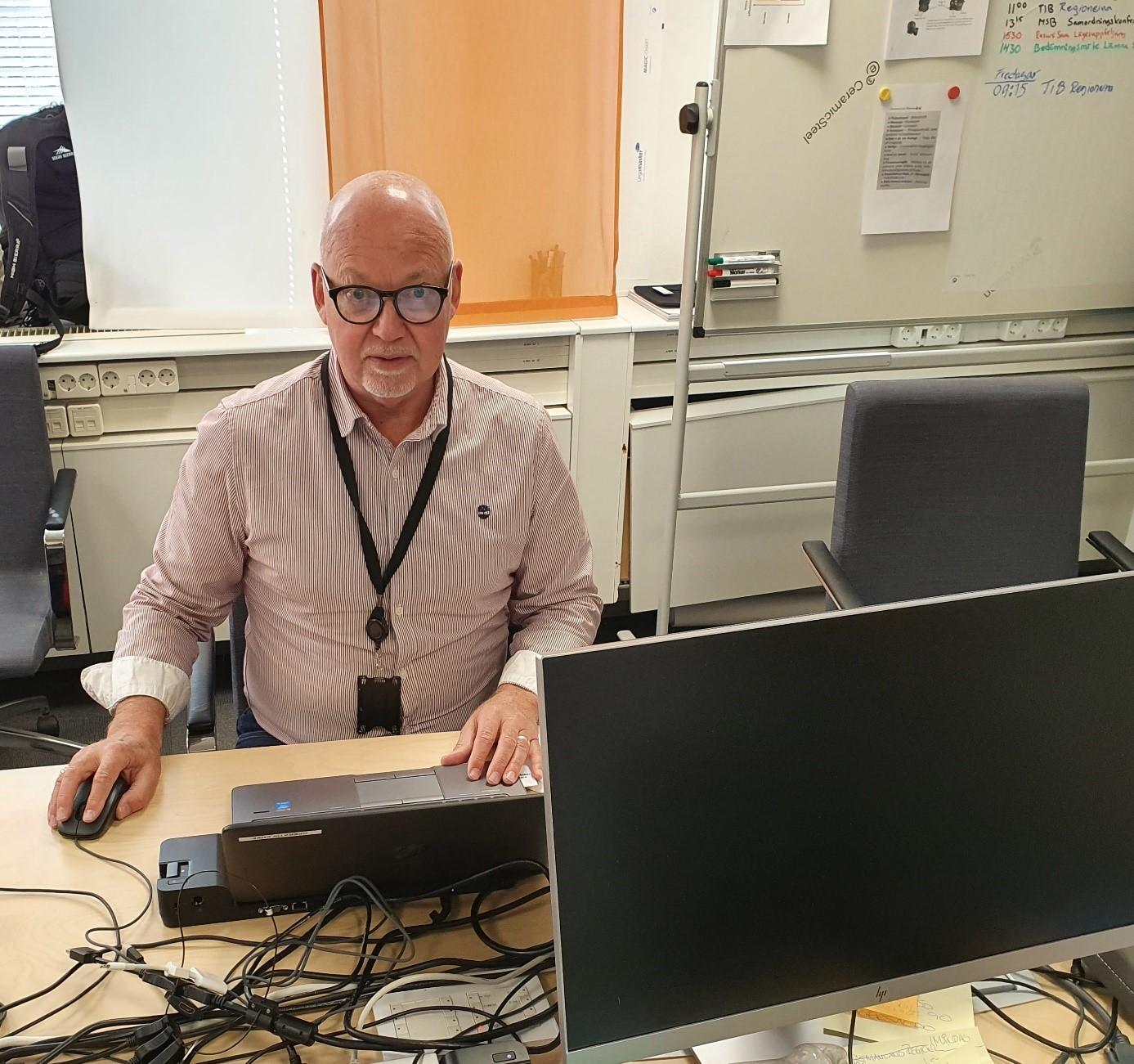 Ulf Cervinus i sitt arbete med att stärka upp Socialstyrelsen som resursmäklare. Ulf har tidigare jobbat som insatspersonal både i Sverige och internationellt, bland annat under skogsbränderna i Sverige 2018.