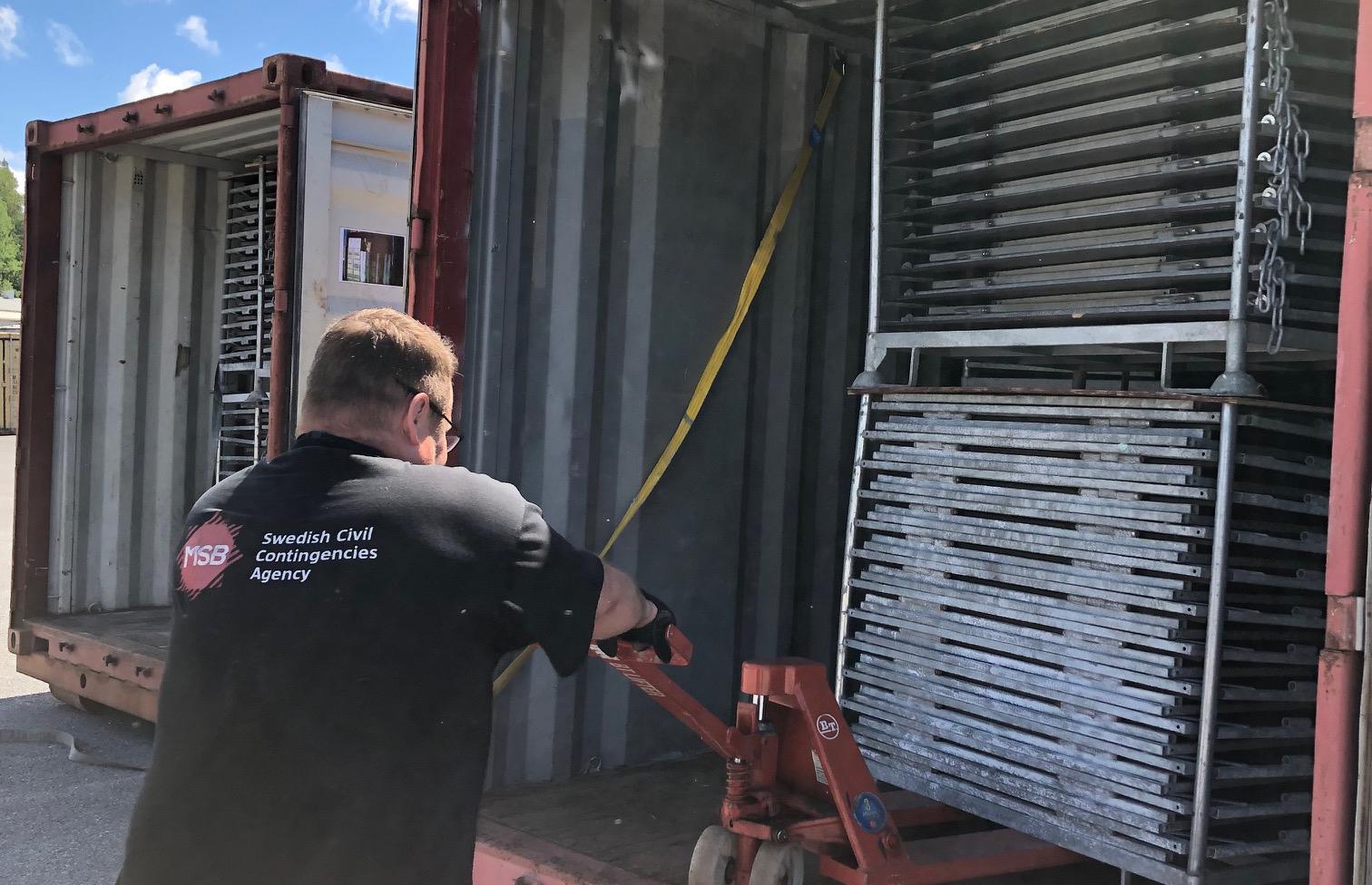 Materielen packas på MSB:s lager i Kristinehamn innan avfärd till Ukraina.