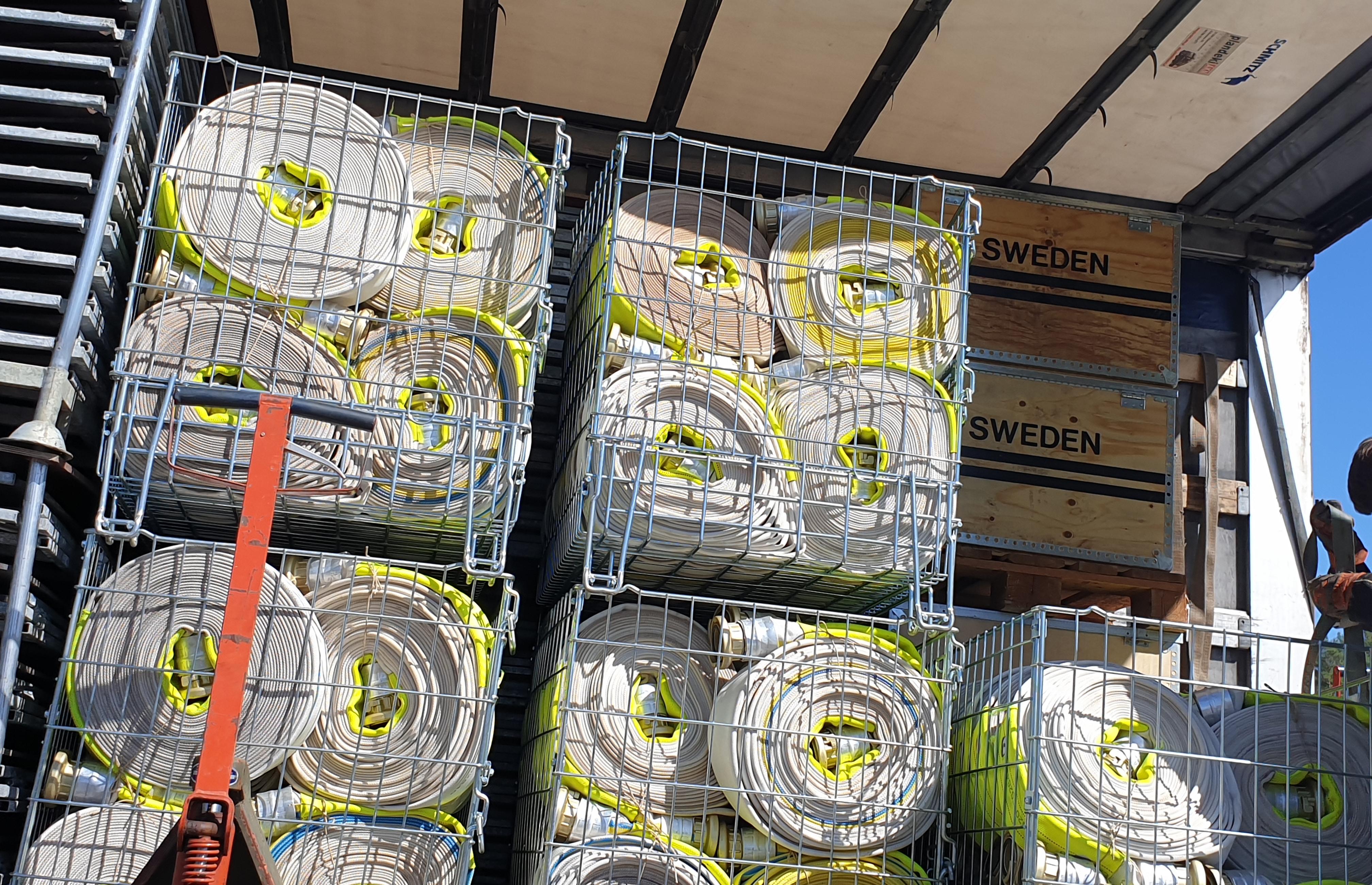 250 stycken brandslangar bistår Sverige med. Slangarna är 25 meter långa och 76 millimeter i diameter.